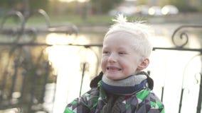 Мальчик с концом-вверх белых волос сток-видео