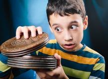 Мальчик с коробкой тайны Стоковое Изображение