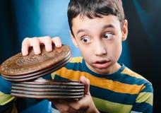 Мальчик с коробкой тайны Стоковые Фото