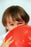 Мальчик с красным шариком Стоковые Фото