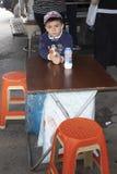 Мальчик с оружием игрушки стоковое фото rf