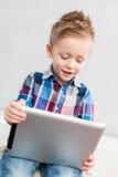 Мальчик с ПК таблетки стоковое изображение