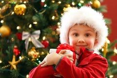 Мальчик с подарком Chritmas стоковое изображение
