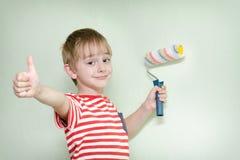 Мальчик с роликом краски и большим пальцем руки вверх Стоковая Фотография