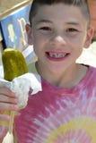 Мальчик с соленьем укропа стоковое изображение rf