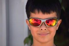 Мальчик с солнечными очками Стоковые Фото