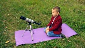 Мальчик с телескопом в природе сток-видео