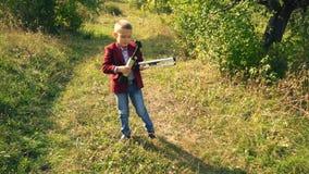 Мальчик с телескопом в природе акции видеоматериалы