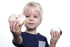 Мальчик с тортами стоковая фотография rf