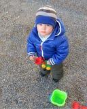 Мальчик с трактором игрушки на прогулке Стоковое фото RF