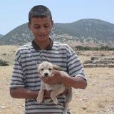 Мальчик с щенком собаки Стоковые Изображения