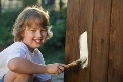 Мальчик с щеткой краски стоковая фотография rf