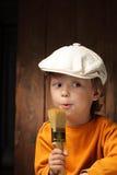 Мальчик с щеткой краски стоковое фото rf