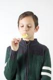 Мальчик с lollipop Стоковые Фотографии RF
