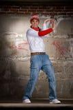 мальчик танцуя серый хмель вальмы самомоднейший над стеной типа стоковые изображения