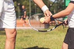 Мальчик тренера уча как держать ракетку Стоковое Изображение