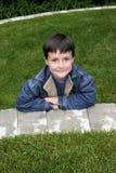 Мальчик усмехаясь снаружи стоковая фотография rf