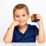 мальчик ухищренный Ребенок разрешил проблему Он собрал куб ` s Rubik Стоковые Фотографии RF