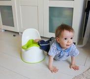 Мальчик учит пойти горшочек Привыкните ребенок к горшочку Стоковые Фото