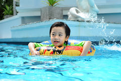 мальчик учя swim к Стоковые Изображения RF