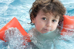 мальчик учя swim к стоковое изображение rf