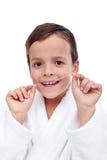 мальчик чистя никтой маленькие зубы стоковое фото rf