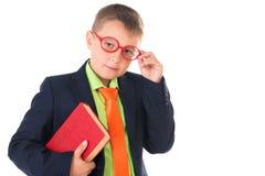Мальчик читая книгу испытывающую жажду для знания - изолированного над белой предпосылкой Стоковое Изображение