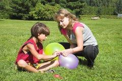 мальчик шарика воздуха обжуливает девушку Стоковые Фотографии RF