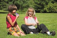 мальчик шарика воздуха обжуливает девушку varicolored Стоковые Изображения RF