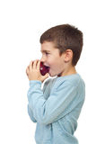 мальчик яблока сдерживая стоковое фото