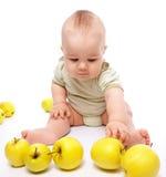 мальчик яблок меньшяя игра стоковые фотографии rf