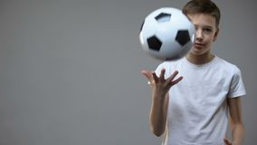 Мальчик Actve предназначенный для подростков играя с футбольным мячом, молодым чемпионом, хобби и образом жизни видеоматериал