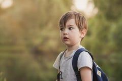 мальчик backpack немногая стоковое фото