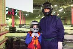 мальчик carting шлемы стоя тренер Стоковое Изображение