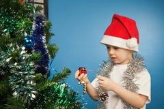 мальчик claus одевает носить santa подарка Стоковые Изображения RF
