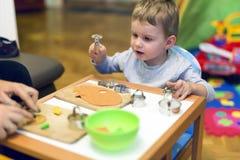 Мальчик Crative в его мастерской стоковое изображение rf