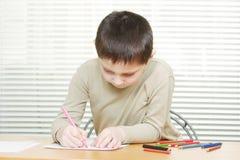 мальчик crayons милый чертеж стола Стоковое Фото