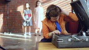 Мальчик DJ играет винил видеоматериал