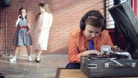 Мальчик DJ играет винил сток-видео