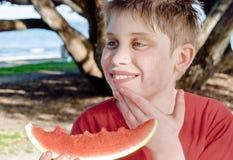 мальчик enjoing подростковый арбуз Стоковое Изображение