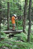 мальчик hiking детеныши ручки Стоковое Изображение