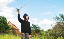 Мальчик Preteen с самолетом outdoors сновидение Стоковое фото RF