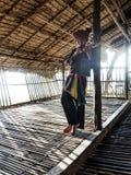 Мальчик Rangus племенной в его традиционном костюме играя Sompoton которое сделано бамбуковых труб, Kudat Малайзию Стоковые Фотографии RF