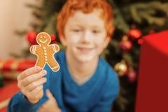 Мальчик Redhead держа handmade человека пряника дома Стоковые Изображения RF
