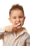 Мальчик Smiley очищает зубы Стоковая Фотография
