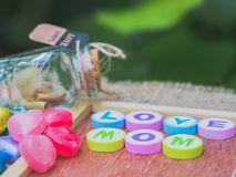 Мама влюбленности сказанная по буквам с красочными блоками алфавита стоковая фотография rf