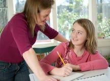 мама домашней работы дочи помогая Стоковое Фото