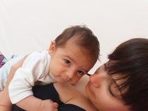 Мама держа ребёнок Стоковые Изображения