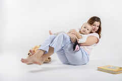 Мама держит ее сына и отбрасывать Стоковые Фотографии RF