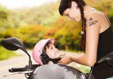 Мама застегивает шлем Стоковое Фото
